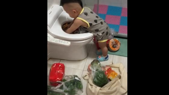 Go home to find the child secretly hidden food in the toilet!