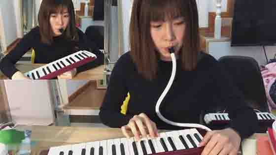 Those girls who can play musical instruments, especially can play harmonica are so cute!