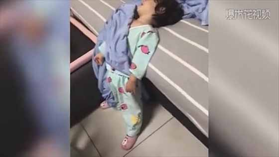 Look! Why the baby sleep with such posture! The cutest moment of babies is when they sleep!
