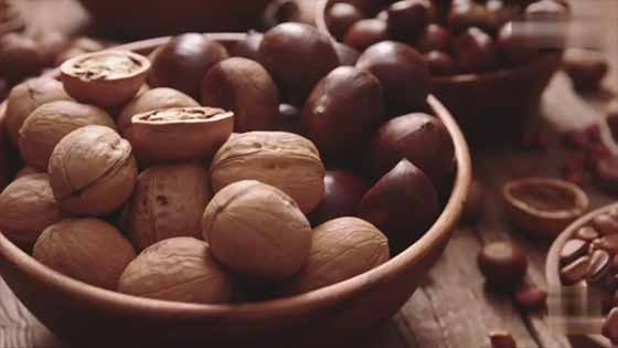 You mustn't know some tips about how to eat nuts easily!