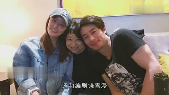 Lin Xinru visits Huo Jianhua,takes photos with the screenwriter,the couples are good-looking