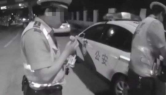 The Huanggang:Eating Egg Yolk Pie in Hubei Province has been found to be a drunk driver, which is really effective.