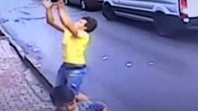 A 17-year-old Turkish teenager catches a girl who falls upstairs with her bare hands!