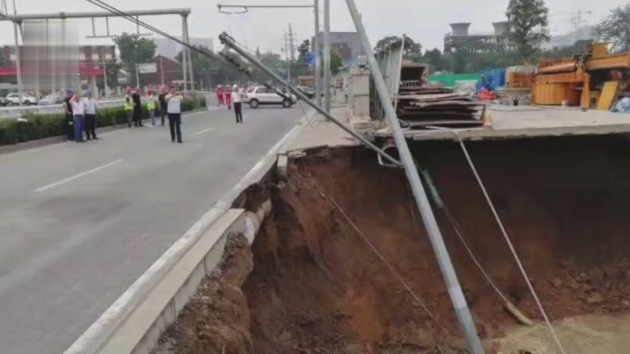 The construction enclosure of Shengliqiao Station on Qingdao Metro Line 1 collapsed and a construction worker lost contact.