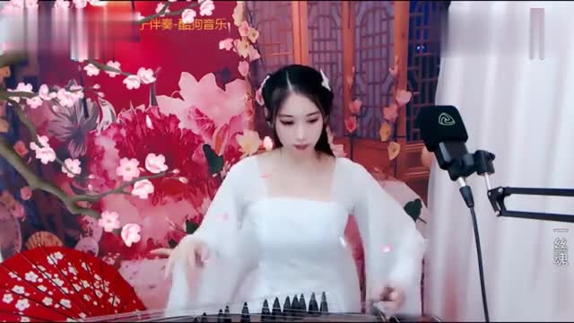 It's so nice to hear the beautiful hostess, Zheng Guzheng, playing the melody of