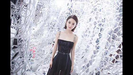 Zhao Liying made her debut appearance after the birth. Her robes were tightly wrapped and still recognized by fans.