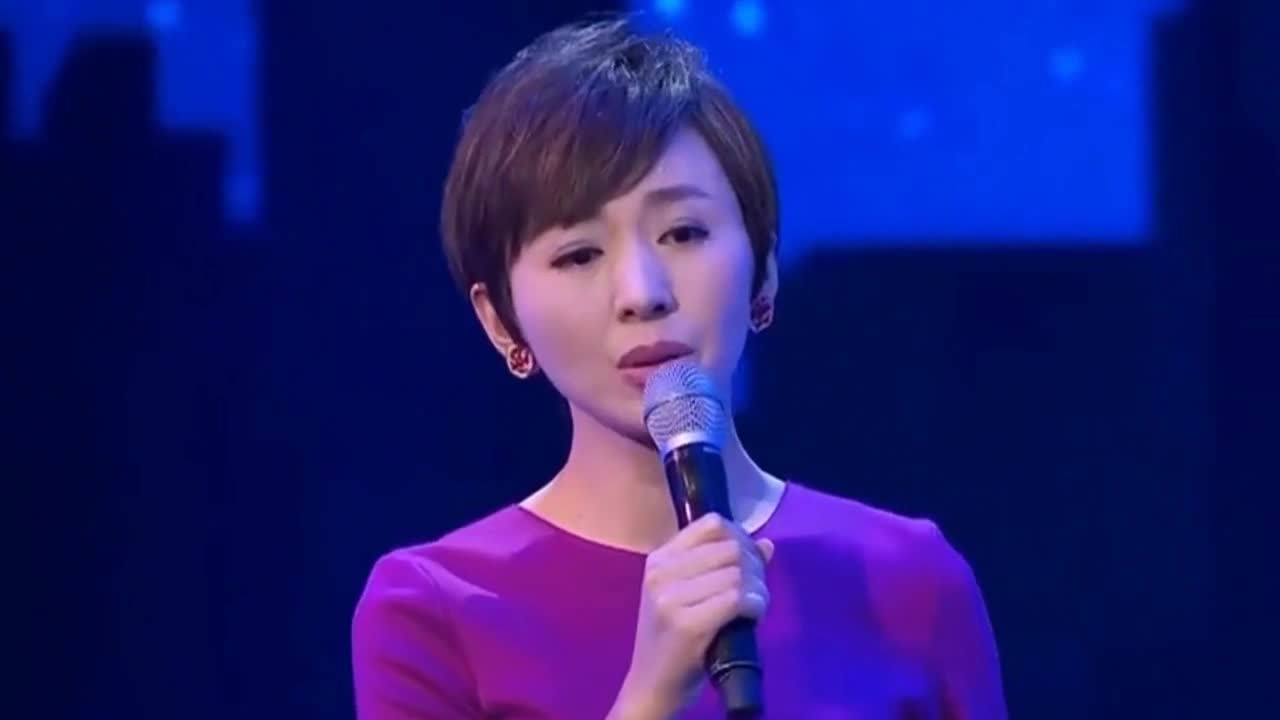 She is known as the most filial hostess of CCTV. She is still unmarried at the age of 40. Her father died early and her family is poor.