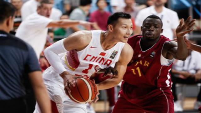 Yi Jianlian's first CBA player, Guo Allen, fell to the ground and he hugged him directly. Yi Jianlian Finals MVP