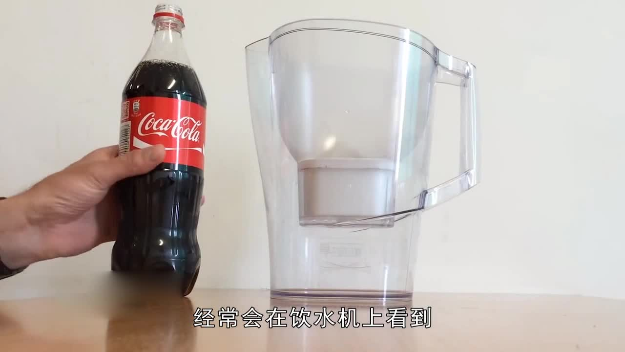 Foreigners make their own filters with cola bottles and pour cola into them to make them transparent. Let's have a look together.