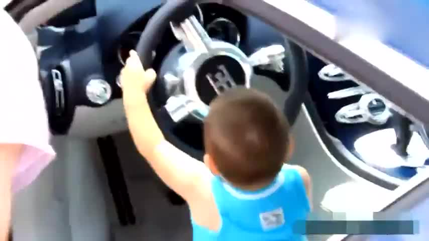 Two-year-old bear kid Cabugadi Veyron stood up before the steering wheel was high.