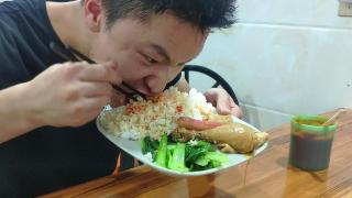 Dajun eats Shaxian, a dish of fried noodles with four spoons of chili pepper, wolfs down and looks hungry.