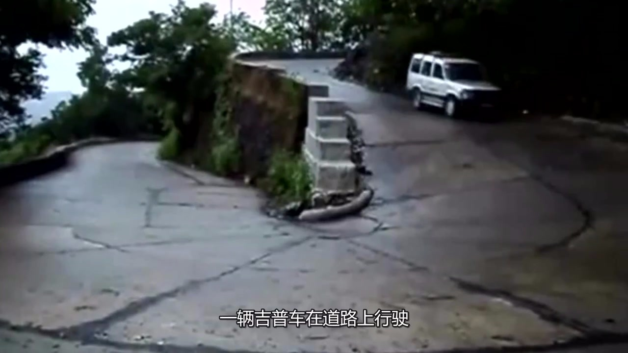 The old driver crossed the U-bend with a monthly salary of 30,000 yuan and passed easily.