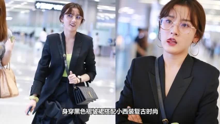 Song Zuer combed French curly hair Liu Hai appeared at the airport, with a funny expression and a full sense of girls.