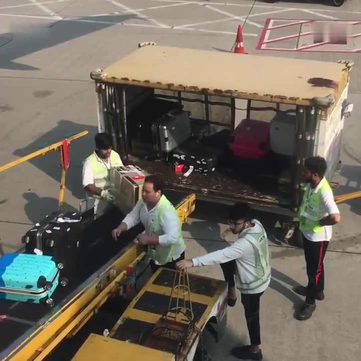 In this way, our luggage these staff are not qualified, netizens expressed their anger!