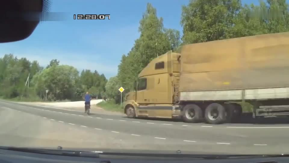 Seeing the big truck coming, the man rushed past without hesitation, and the result was tragedy.