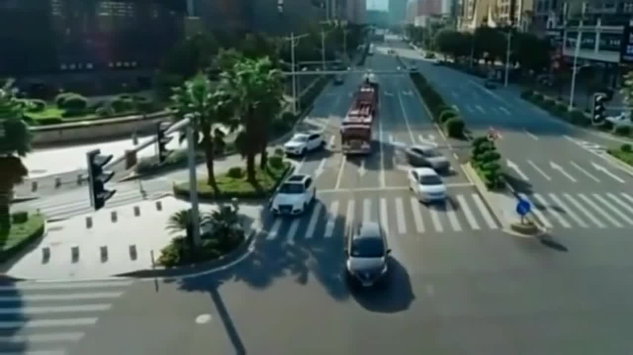 Hearing the sound of the fire engine, the traffic at the red light intersection turned away one after another. The first car ran the red light directly.