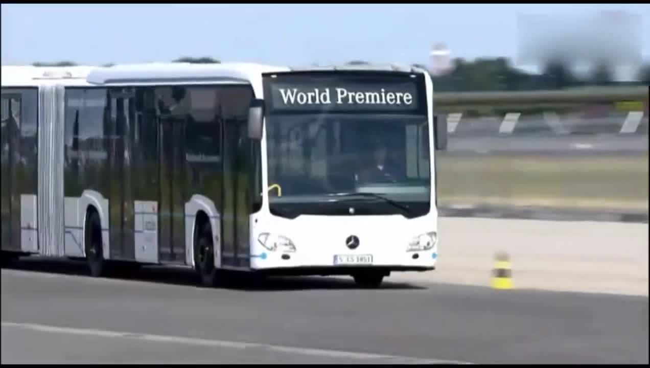 A sudden brake on a Mercedes-Benz bus shows how powerful it is in an instant!