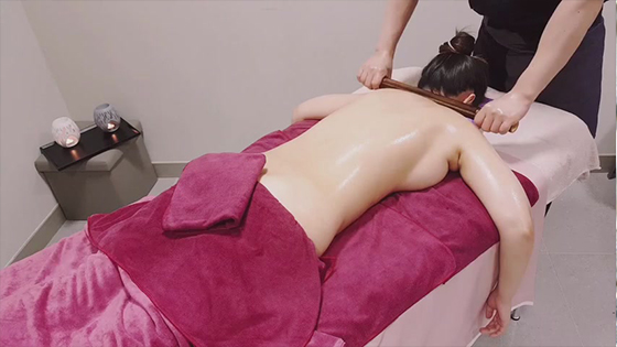Korean sexy lady first experienced the Japanese oil back massage therapy spa